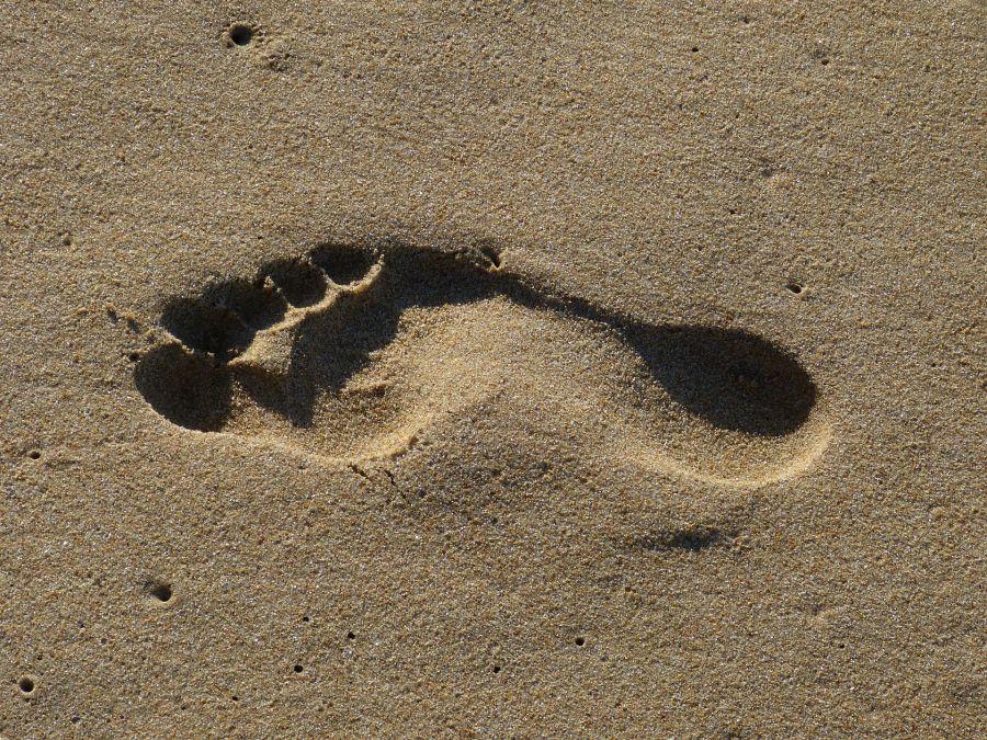 Fussabdruck im Sand 900x670