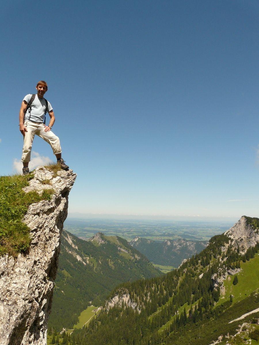 Mann an Bergkante 900x1200